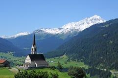 Alpien landschap met kerk Stock Foto
