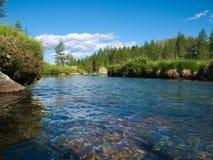 Alpien landschap met rivier het stromen Royalty-vrije Stock Foto's
