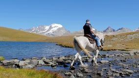 Alpien landschap met ruiter 4K stock footage