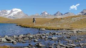 Alpien landschap met ruiter 4K stock video
