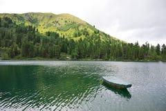 Alpien meer met boot Royalty-vrije Stock Afbeeldingen