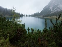 Alpien meer op een regenachtige dag stock foto