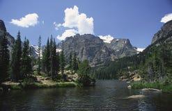 Alpien meer in Rotsachtige Bergen Stock Afbeeldingen
