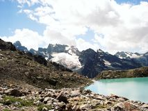 Alpien Meer uitstekend effect Mening van Verre Pieken Royalty-vrije Stock Fotografie