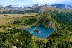 Alpien meer in Zonneschijnweiden royalty-vrije stock fotografie