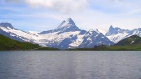 Alpien pieken en bergmeer Landschapsachtergrond Bachalpseemeer, Grindelwald, Bernese-hoogland Alpen, toerisme stock footage