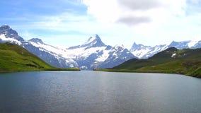 Alpien pieken en bergmeer Landskapeachtergrond Bachalpseemeer, Grindelwald, Bernese-hoogland Alpen, toerisme stock videobeelden