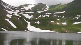 Alpien pieken en bergmeer Landskapeachtergrond Bachalpseemeer, Grindelwald, Bernese-hoogland Alpen, toerisme stock video