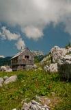 Alpien plattelandshuisje in de bergen Stock Afbeeldingen