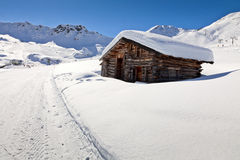 Alpien plattelandshuisje in de bergen van het Dolomiet, Italië Stock Fotografie