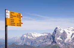 Alpien voorzie van wegwijzers Stock Foto's