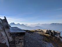 Alpiene bank met grote mening stock afbeeldingen