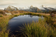 Alpiene bezinning: een klein alpien meer in de Italiaanse Alpen; het is de recente herfst, rond zonder mensen Stock Foto's