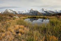 Alpiene bezinning: een klein alpien meer in de Italiaanse Alpen; het is de recente herfst, rond zonder mensen Royalty-vrije Stock Afbeelding