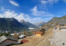 Alpiene chalets stock foto