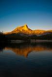 Alpiene die Gloed op Kathedraalpiek in het meer wordt weerspiegeld stock afbeelding