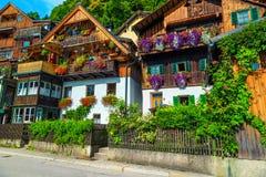 Alpiene dorpsstraat met bloemrijke blokhuizen, Hallstatt, Salzkammergut, Oostenrijk royalty-vrije stock afbeeldingen