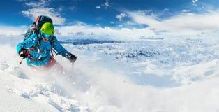 Alpiene freerideskiër met de explosie van het sneeuwpoeder stock foto's