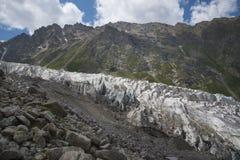 Alpiene gletsjer neer aan de vallei Stock Afbeeldingen