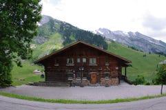 Alpiene houten cabine Stock Afbeeldingen