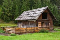 Alpiene houten hut royalty-vrije stock afbeelding