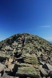 Alpiene klimmer wandeling Stock Afbeeldingen