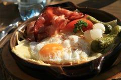 Alpiene lunchschotel - Kaseschnitte/Croute Stock Afbeeldingen