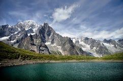Alpiene meer en bergketen Stock Foto's