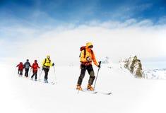 Alpiene reizende skiërs royalty-vrije stock afbeelding