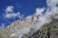 Alpiene rotsen en mist, Italiaanse Alpen, Aosta-Vallei. Royalty-vrije Stock Foto's