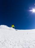 Alpiene skiër op piste, die bergaf ski?en Stock Afbeeldingen