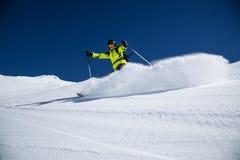 Alpiene skiër op piste, die bergaf ski?en royalty-vrije stock foto