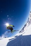 Alpiene skiër op piste, die bergaf ski?en royalty-vrije stock fotografie