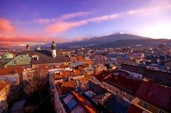 Alpiene stad in zonsondergang royalty-vrije stock afbeelding