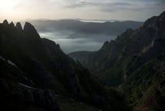 Alpiene vallei en hoge bergpieken bij zonsopgang Stock Foto's