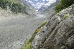Alpiene vallei met reusachtige gletsjer Royalty-vrije Stock Afbeelding