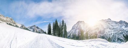 Alpiene weg door de sneeuw Royalty-vrije Stock Foto's