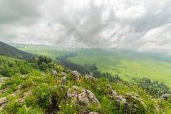 Alpiene weiden onder zware verlengde wolkenhemel stock foto