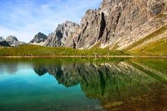 Alpin湖反射 免版税库存照片