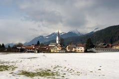 alpin österrikisk by Royaltyfri Fotografi
