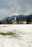 alpin österrikisk by Royaltyfri Foto