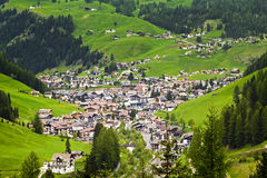 Alpin by av Ortisei i Dolomites Royaltyfria Bilder
