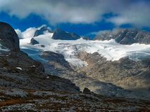 _ alpin Beskåda av glaciären maximal stenigt royaltyfri bild