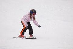 alpin flicka som lärer little skidåkning Arkivfoto