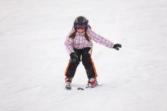 alpin flicka som lärer little skidåkning Arkivbild