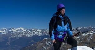 Alpin fotvandrareman i bergen royaltyfria foton