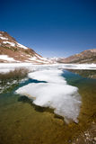 alpin hög laketoppig bergskedja Arkivfoto