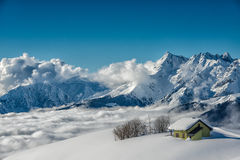 Alpin-Hütte im Schnee stockbilder
