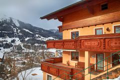 Alpin-Haus mit hölzernem Balkon im Winterbergdorf, Alpen Stockbild