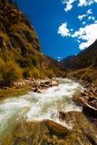 Alpin huvudväg Tibet V för flodHimalayas G318 Royaltyfri Foto